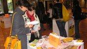 Die DGB Jugend mit Informationsstand in einer Berufsschule und InteressentInnen.