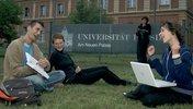 Gruppe in der Wiese lernend sitzend vor der Universität