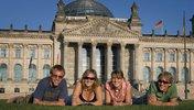Jugendliche liegen vor dem Bundestag in de Wiese