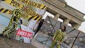 Zwei schwarz-gelbe Jungs posieren vor dem Brandenburger Tor
