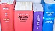 Verschiedene Gesetzbücher in einer Reihe
