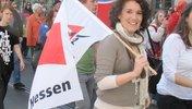 Junge Frau mit DGB-Jugend-Fahne