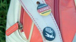 Tasche mit Stickern gegen rechts