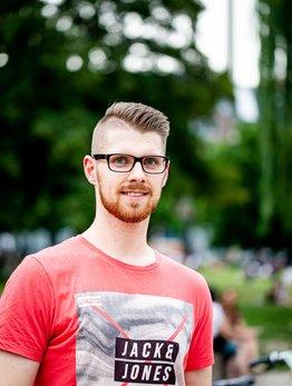 Kai Reinartz, rotes T-Shirt, Brille