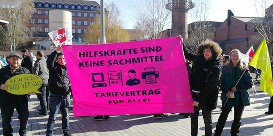 Hilskräfte demonstrieren für einen Tarifvertrag in Kassel
