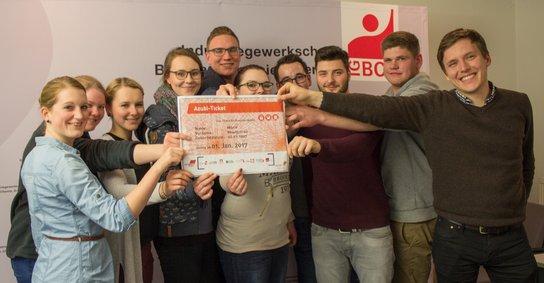Gruppe junger Leute mit dem Azubi-Ticket