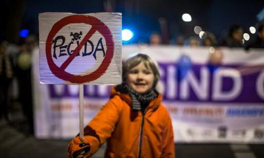 Junge mit Anti-Pegida-Schild