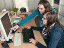 Junge Frauen am PC