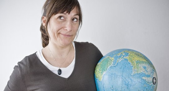 Frau die überlegend hält Globus in der Hand