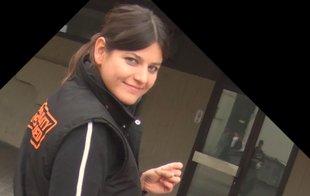 Junge Frau in Trainingsjacke