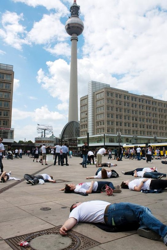 Flashmob Liegende Jugendliche auf dem Alexanderplatz
