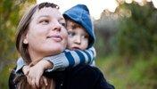 Frau trägt Mutter auf ihren Schultern