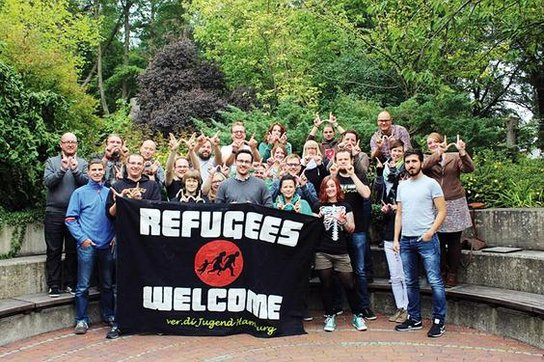 Gruppe ver.di Jugend mit Refugees-Welcome-Plakat