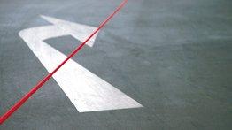 Straßenpfeil  rechts abbiegen durch rotes Seil durchgestrichen