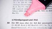 Textmarker an Gesetzestext