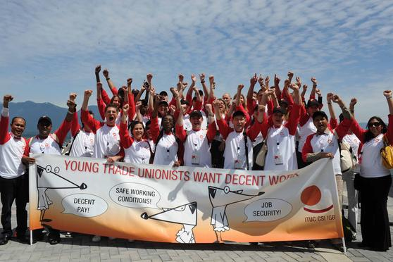 Gruppenfoto mit Transparent young trade unionists want decent work