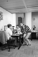 Junger Mann bedient im Büro