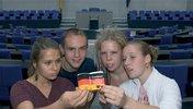 Jugendliche lesen im Grundgesetz