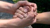 Zwei Hände helfen einer Hand