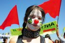 Clown-Frau mit roter Nase und geschminktem Gesicht