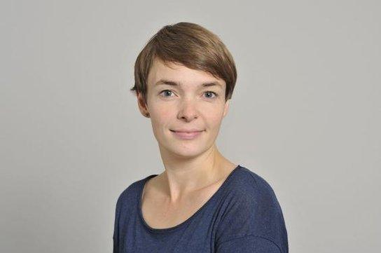 Porträt: Junge Frau mit schönen kurzen Haaren