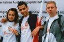 Drei junge Leute mit DGB-Jugend-Fahne