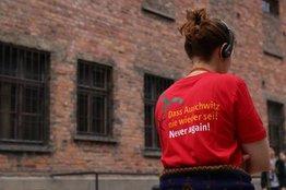Mädchen mit T-Shirt Dass Auschwitz nie wieder sei
