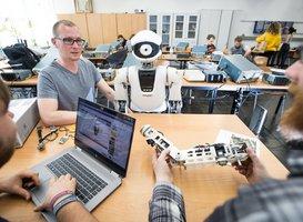 Gruppe mit Roboter