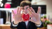 Junger Mann hält DGB-Herz