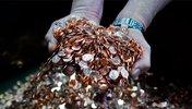 Hände in inem Berg von Münzen