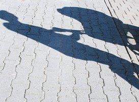 Schatten von Mann mit Kinderwagen