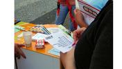 """Bild: Menschen am Info-Tisch der DGB-Jugend füllen Zettel aus, Aufschrift: """"Berlin-Brandenburger Ausbildungsreport 2006. Beobachtung, Analysen und Standpunkte zur Ausbildungsplatzsituation in Berlin und Brandenburg"""", Außerdem: Logo der DGB-Jugend"""