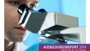 """Person schaut in Mikroskop, Aufschrift """"Ausbildungsreport 2014 der DGB-Jugend Berlin-Brandenburg"""" sowie Logo der DGB-Jugend"""