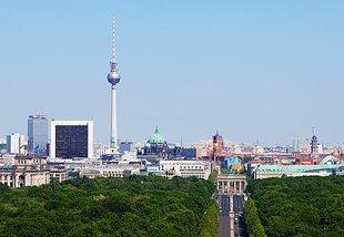 Berliner Skyline, Blick über Tiergarten auf Fernsehturm, Brandenburger Tor u.a.