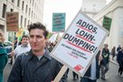 Mann mit Plakat gegen Lohndumping